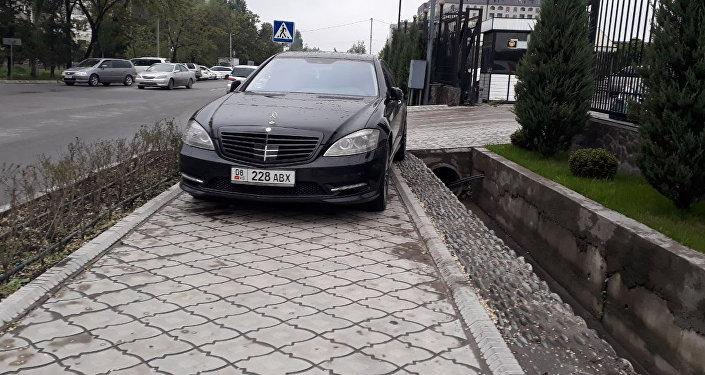 Еще один любитель тротуаров. Mercedes S-класса на набережной в 6-м микрорайоне.