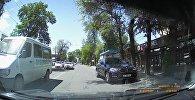 Что творят эти водители! За минуту бишкекчанин снял три грубых нарушения