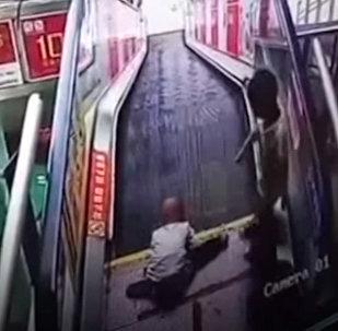 Что может случиться, если оставить ребенка одного на эскалаторе — видео