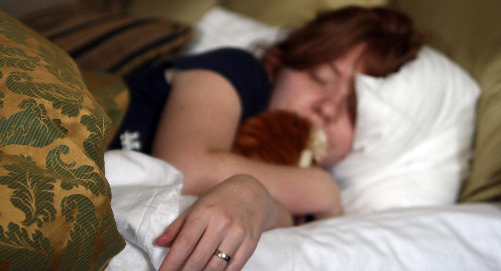 Девушка спит на кровати. Архивное фото