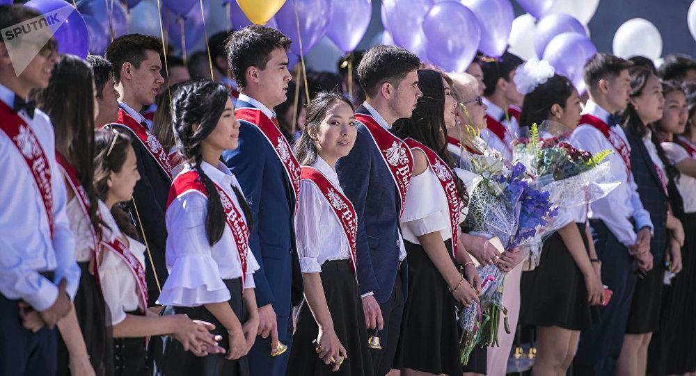 Выпускники столичных школ отметили Последний звонок в Бишкеке. Архивное фото