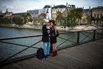 Туристы фотографируются на Мосту Искусств в Париже. Архивное фото