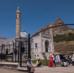 Люди на центральном мечети города Ош