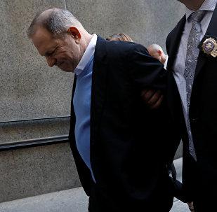Продюсер Харви Вайнштейн прибыл в Манхэттенский уголовный суд в Нью-Йорке