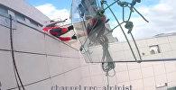 В Москве с 47 этажа упало 380-килограммовое стекло — видео