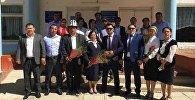 Баткен облусунун Кадамжай районунун Кара-Дөбө айылында мектепти 20 жыл мурун бүтүргөндөр биринчи мугалимине батир белек кылышты