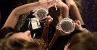 Женщины с кружками пива. Архивное фото