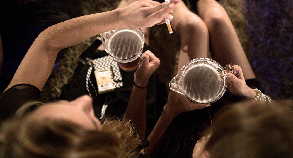 Девушки с сигаретами и со стаканами пива в руке. Архивное фото