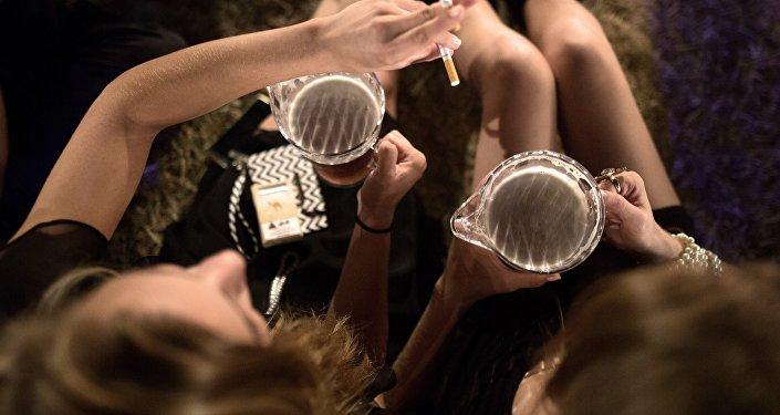 Женщины распивают алкоголь. Архивное фото