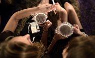 Девушки распивают пиво. Архивное фото