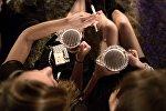 Девушки в питейном заведении. Архивное фото