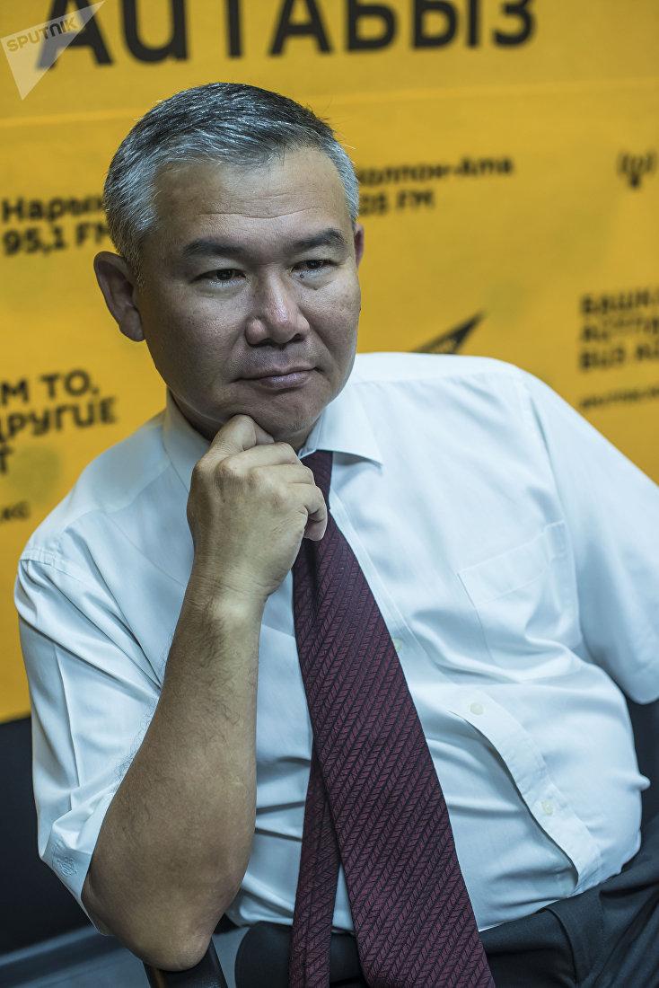 Нарколог Эмиль Камчибеков во время интервью корреспонденту Sputnik Кыргызстан