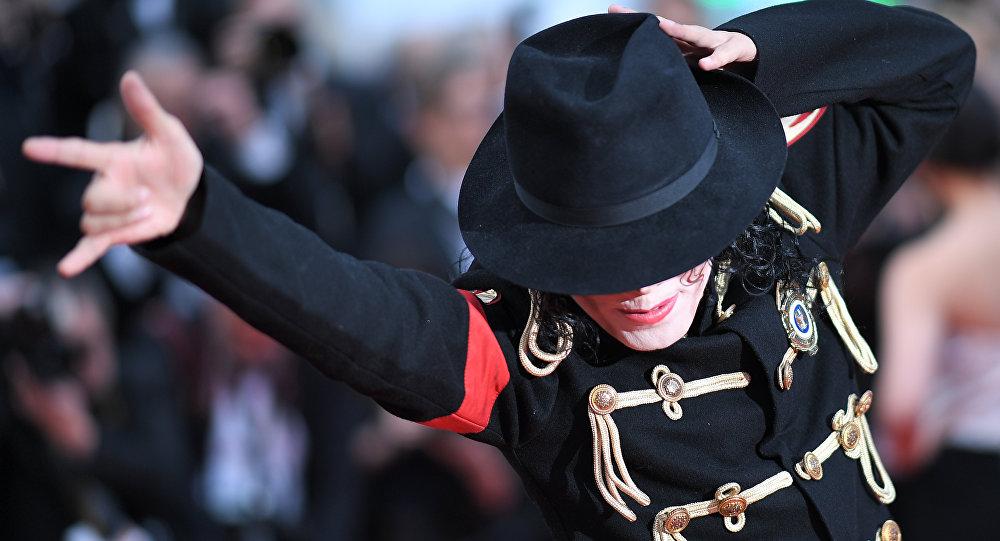 Майкл Жексондун образындагы киши. Архивдик сүрөт