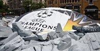 Купол ТЦ «Метроград», накрытый баннером с узором официального мяча Лиги чемпионов УЕФА 2018, на улице Большая Васильковская в Киеве.