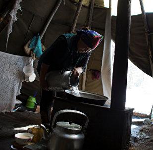 Женщина готовит в юрте. Архивное фото