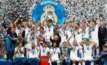 Футболисты ФК Реал Мадрид с кубком Лиги Чемпионов после победы над Ливерпулем.  Киев, Украина - 26 мая 2018 года