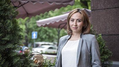 Директор бишкекской Сети детских образовательных центров Жибек Шарапова у офиса Sputnik