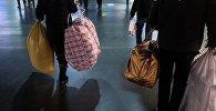Пассажиры c сумками. Архивное фото
