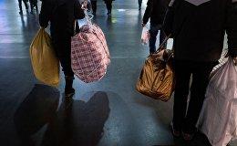 Пассажиры c сумками в аэропорту. Архивное фото