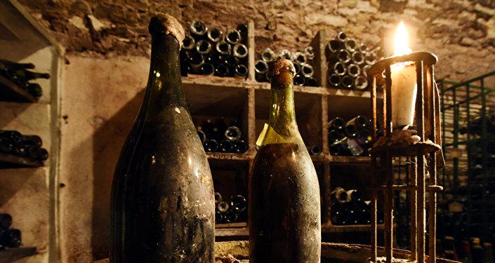 1774-жылы жасалган баалуу, эски шараптын бир бөтөлкөсү Франциядагы аукциондо 103 миң еврого сатылды