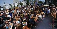 Люди протестуют против антимиграционной партии Альтернатива для Германии (АфД) в Берлине