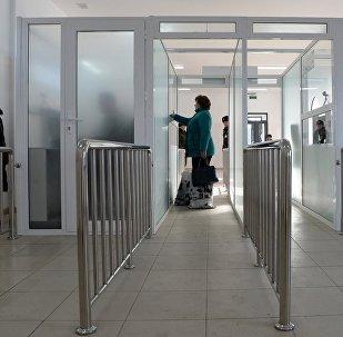 Женщина переходит пост проверки документов на контрольно-пропускном пункте. Архивное фото