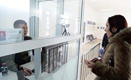 Сотрудник пограничной службы проверяет документы на границе. Архивное фото