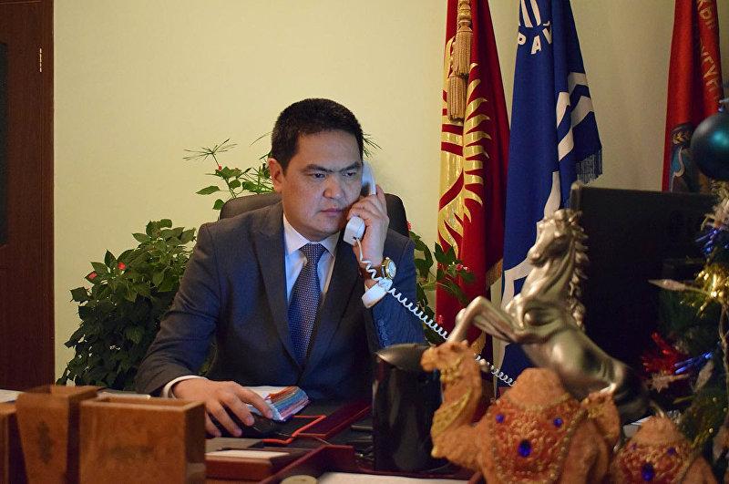 Аким Иссык-Кульского района Данир Иманалиев в рабочем кабинете