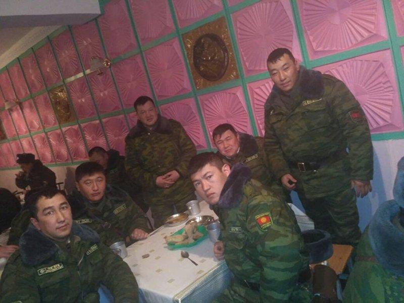 Начальник пограничной заставы Ак-Буура, капитан Элдияр Орозов с сослуживцами