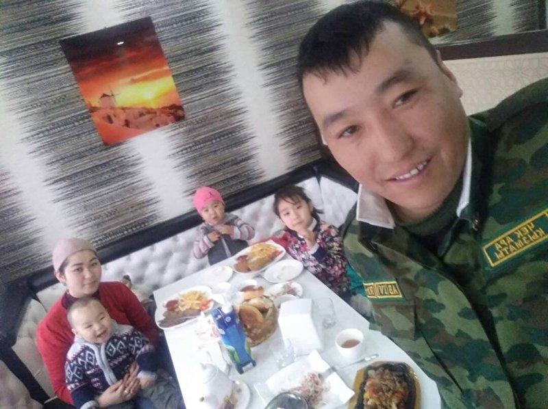 Начальник пограничной заставы Ак-Буура, капитан Элдияр Орозов с семьей