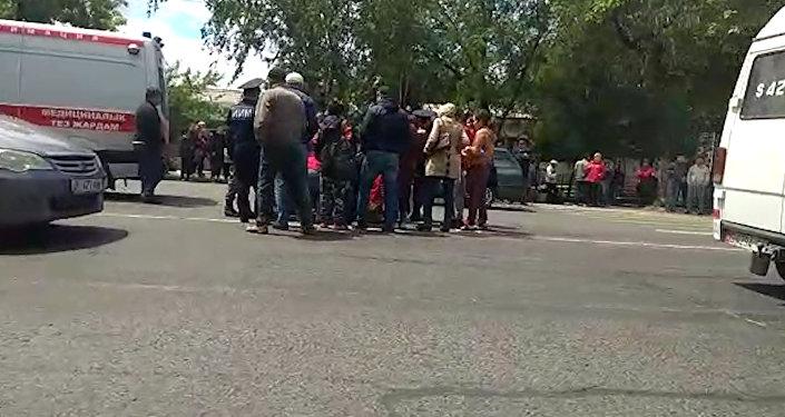 Бишкекте жол чийинден өспүрүмдү унаа коюп кетти. Видео, сүрөт