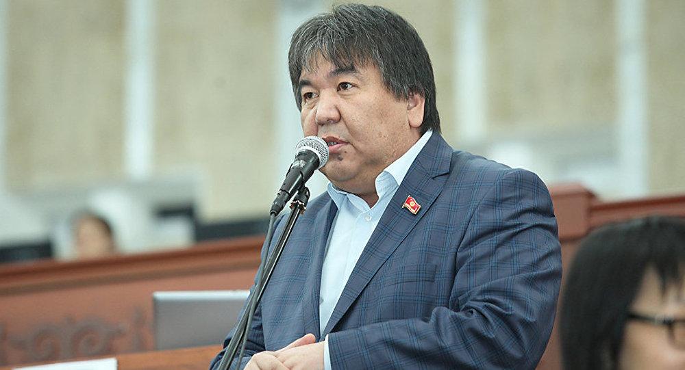 Депутат Жогорку Кенеша 6 созыва Садык Шер-Нияз от фракции Ата Мекен во время заседания