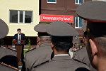 Президент Сооронбай Жээнбеков 29-майда КРдин Куралдуу күчтөрүнүн кызматкерлери үчүн салынган үйдүн салтанаттуу ачылыш аземине катышып, 54 батирдин ачкычын тапшырды.