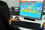 Девушка просматривает сайт для учеников начальных классов ibilim.kg