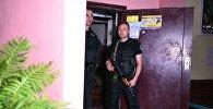 Сотрудники полиции возле дома в Киеве, где был застрелен российский журналист Аркадий Бабченко.