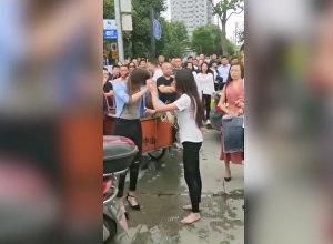 Все просто смотрели — китаянка избила любовницу мужа посреди улицы. Видео