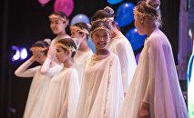 Концерттеги кыздар. Архивдик сүрөт