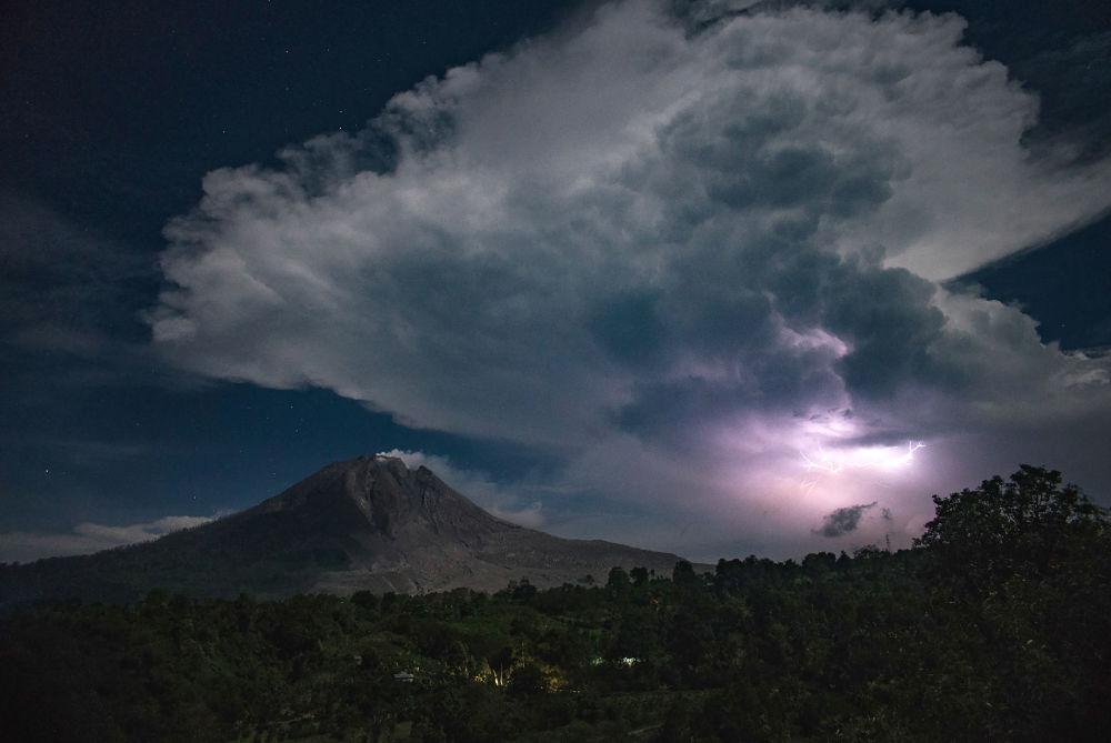 Извержение вулкана Синабунг в Каро