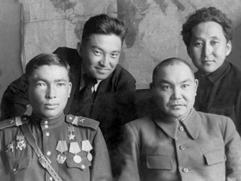 Герой Советского Союза, генерал-майор Дайыр Асанов с сослуживцами