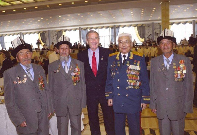 Герой Советского Союза, генерал-майор Дайыр Асанов с ветеранами войны на встрече с президентом США Джорджем Бушем младшим