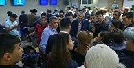 Пассажиры ждут вылет отложенного рейса Бишкек — Ош авиакомпании Air Manas