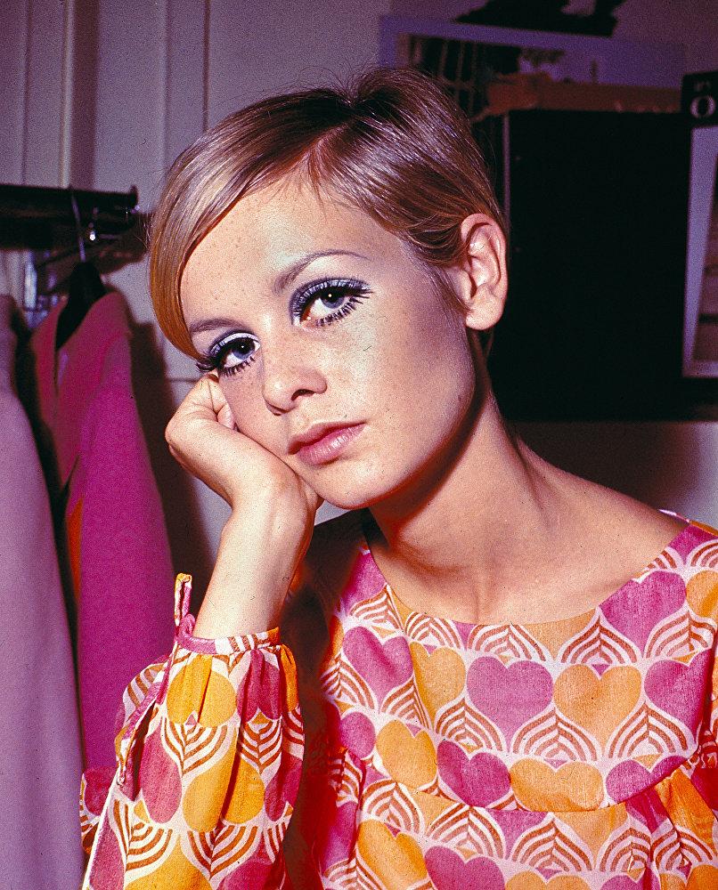 Британская модель и актриса Твигги в Лондоне