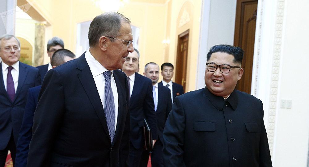 Министр иностранных дел РФ Сергей Лавров (слева) и глава КНДР Ким Чен Ын на встрече в Пхеньяне.