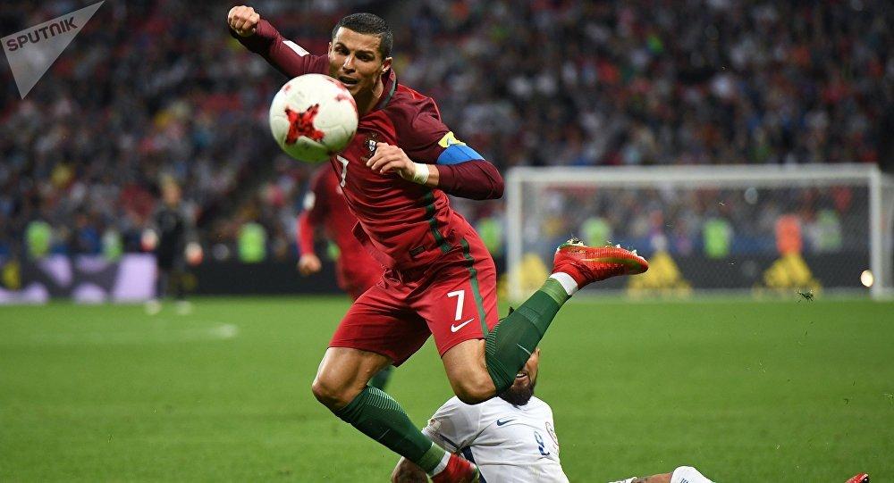 Футболист Криштиану Роналду (Португалия) и Артуро Видаль (Чили). Архивное фото