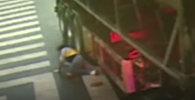 Водитель бензовоза наехал на женщину и не заметил — видео из Китая