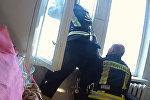 Пожарный на лету поймал выпавшего из окна человека — видео из Латвии