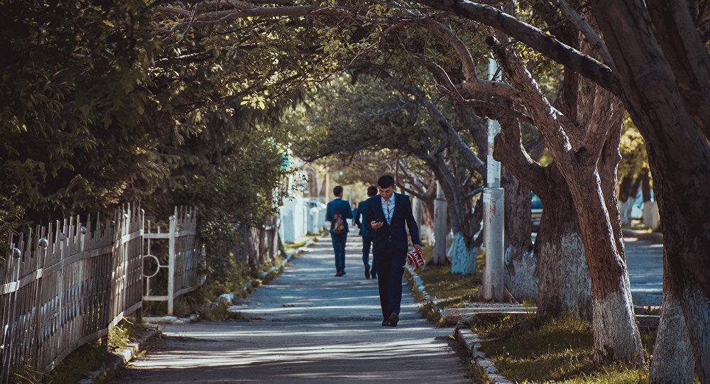Выпускник во время прогулки. Архивное фото