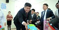 КР президенти Сооронбай Жээнбеков 1-июнь, балдарды коргоонун эл аралык күнүндө Бишкек шаарындагы балдарды жана үй-бүлөнү реабилитациялоочу адистештирилген борборго барды