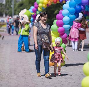 Женщина с ребенком гуляют по Бишкеку. Архивное фото