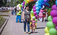Женщина с ребенком гуляют по улицам Бишкека. Архивное фото